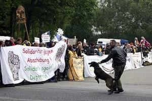 Ankunft der Karawane 2007 vor dem Lager Hesepe - Transpis und Polizeihund